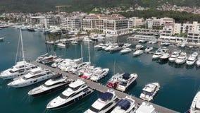 Porto Montenegro Yachter i havsporten av den Tivat staden Kotor fj?rd, Adriatiskt hav ber?mdt lopp f?r destination stock video