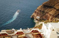 Porto na cidade de Fira na ilha de Santorini Iate entre as rochas e o egeu foto de stock royalty free