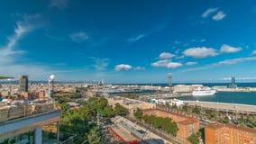 Porto nel timelapse dell'orizzonte di Barcellona La vista al porticciolo ed il traghetto harbor con la cabina di funivia stock footage