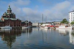Porto norte com catedral Helsínquia de Uspenski Imagens de Stock Royalty Free