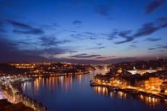 Porto och Vila Nova de Gaia i Portugal på skymning Arkivbilder