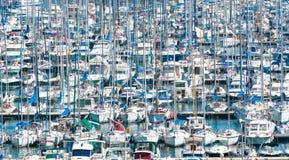 Porto ocupado com lotes dos barcos foto de stock