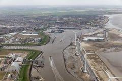 Porto olandese Delfzijl di vista aerea con i generatori eolici e le fabbriche immagini stock