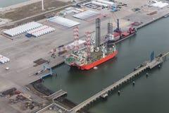 Porto olandese Eemshaven con la piattaforma della gru per l'installazione dei windturbines offshore immagini stock libere da diritti