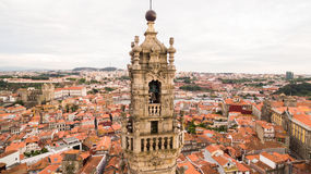 Porto pejzaż miejski z sławny dzwonkowy wierza Clerigos kościół, Portugalia widok z lotu ptaka Zdjęcia Royalty Free