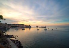Porto pequeno bonito de Collioure no tempo do por do sol fotografia de stock royalty free