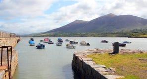 Porto pequeno com os barcos em Gales norte, Imagem de Stock