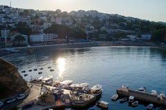 Porto pequeno dos barcos de pesca com cais redondo Imagens de Stock Royalty Free