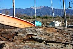Porto pequeno ou porto temporário em uma praia do inverno fotos de stock