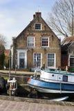 Porto pequeno velho e casas históricas fotografia de stock royalty free