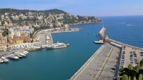 Porto piacevole con gli yacht e le barche bianchi, panorama strabiliante della città di spiaggia video d archivio