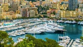 Porto piacevole della città con i bei yacht bianchi e gli edifici residenziali, turismo stock footage