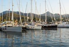Porto pitoresco com veleiros e barcos no fundo das montanhas Yalikavak Turquia imagens de stock