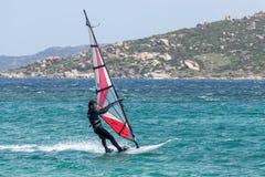 PORTO POLLO, SARDINIA/ITALY - 21 DE MAIO: Windsurfe na votação de Porto Imagens de Stock Royalty Free