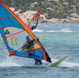 PORTO POLLO, SARDINIA/ITALY - 21 MAI : Faire de la planche à voile au scrutin de Porto Photos libres de droits