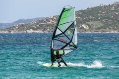 PORTO POLLO, SARDINIA/ITALY - 21. MAI: Windsurfen an Porto-Abstimmung Lizenzfreies Stockbild