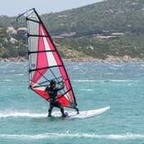 PORTO POLLO, SARDINIA/ITALY - 21. MAI: Windsurfen an Porto-Abstimmung Lizenzfreie Stockfotos
