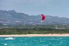 PORTO POLLO, SARDINIA/ITALY - MAJ 21: Kitesurfing przy Porto wybory Zdjęcia Royalty Free