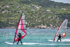 PORTO POLLO, SARDINIA/ITALY - MAJ 21: Windsurfing przy Porto wybory Zdjęcia Royalty Free