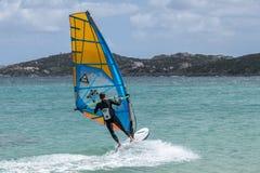 PORTO POLLO, SARDINIA/ITALY - MAJ 21: Windsurfing przy Porto wybory Obraz Stock
