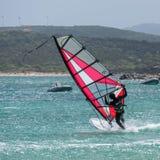 PORTO POLLO, SARDINIA/ITALY - 21 MEI: Windsurfing bij Porto Opiniepeiling Stock Foto's