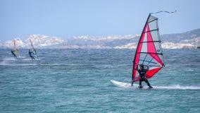 PORTO POLLO, SARDINIA/ITALY - 21 MEI: Windsurfing bij Porto Opiniepeiling Stock Foto