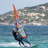 PORTO POLLO, SARDINIA/ITALY - 21 MEI: Windsurfing bij Porto Opiniepeiling Royalty-vrije Stock Afbeelding