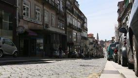 PORTO, PORTUGAL - Één van de straten in de Porto Oude stad stock footage