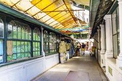 Porto, Portugal 12 août 2017 : Couloir avec les stalles fermées du marché néoclassique connu sous le nom de font Bolhao au centre images stock