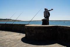 Porto Portugal - April 5, 2017: Fiskare i Foz gör Douro arkivbilder