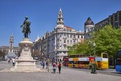 PORTO PORTUGAL - APRIL 25, 2018: Stadfyrkant, Porto stadshus i Avenida DOS Aliados Arkivfoto