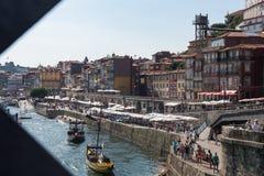 PORTO, PORTUGAL - 20. AUGUST 2017: alte Stadt Porto in dem Fluss mürrisch Lizenzfreie Stockbilder