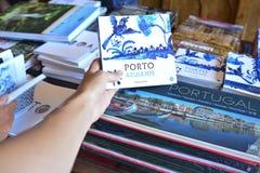 PORTO PORTUGAL - AUGUSTI 10, 2017: Bokhyllan i bok shoppar Livraria Lello med böckerna om en stad Porto Arkivbilder