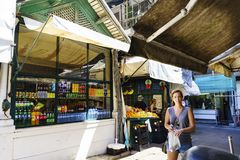 porto portugal Augusti 12, 2017: Den unga kvinnan som ser kameran med en påse med produkter som köps på den kallade marknaden, gö Arkivbilder