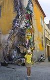 PORTO PORTUGAL - AUGUSTI 12, 2017: Grafitti och armaturer av bilar i form av ett harediagram på väggen av huset arkivbild