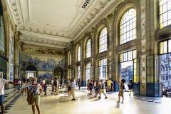 porto portugal Augusti 12, 2017: Lobbyen av den San Benito järnvägsstationen med väggar dekorerade med blåa tegelplattor med olik Royaltyfria Bilder