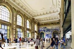 porto portugal Augusti 12, 2017: Lobbyen av den San Benito järnvägsstationen med väggar dekorerade med blåa tegelplattor med olik Royaltyfri Foto