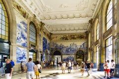 porto portugal Augusti 12, 2017: Lobbyen av den San Benito järnvägsstationen med väggar dekorerade med blåa tegelplattor med olik Royaltyfri Fotografi