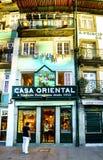 porto portugal Augusti 12, 2017: Shop kallade det orientaliska huset i fyrkanten av prästmän i mitten av staden, säljer tenn av s Arkivbild