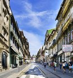 porto portugal Augusti 12, 2017: Sikten av shoppinggatan som kallas Januari 31 i mitten av staden med många små, shoppar i th Royaltyfria Bilder