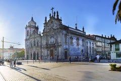 porto portugal Augusti 12, 2017: Två barocka kyrkor klibbade tillsammans, spårvagnsförarna och den barfota Carmelitesen Spårvagns Arkivbild