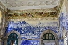 PORTO, PORTUGAL - AUGUSTUS 12, 2017: Beroemd stationsao Bento met Azulejo-panelen royalty-vrije stock foto