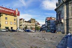 Porto, Portugal 12 augustus, de Vraagvierkant van 2017 van de martelaren van het geboorteland met steenstraatstenen en vele duive stock foto's