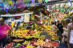Porto, Portugal 12 augustus, 2017: fruit en plantaardige tribune van de geroepen markt Royalty-vrije Stock Foto
