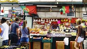 Porto, Portugal 12 augustus, 2017: Het fruit en de plantaardige tribune in een geroepen marktzaal doen Bolhao in het centrum van  Stock Fotografie