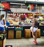 Porto, Portugal 12 augustus, 2017: Het fruit en de plantaardige tribune in een geroepen marktzaal doen Bolhao in het centrum van  Stock Afbeelding
