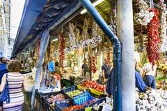 Porto, Portugal 12 augustus, 2017: Het fruit en de plantaardige tribune, met knoflook en Spaanse pepers hangen, gevestigd in een  Stock Foto's