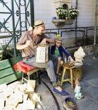 Porto, Portugal 12 augustus, 2017: Vader en zoons de musici die bij de geroepen marktingang presteren doen Bolhao met vogels op s Royalty-vrije Stock Afbeelding