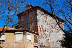 Porto Portugal byggnader med de typiska färgrika fasaderna och skalategelplattorna som ifrån varandra faller royaltyfria bilder
