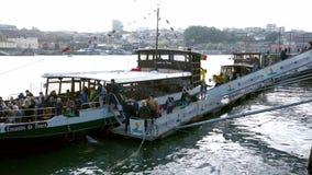 Porto, Portugal - décembre 2018 : Touristes montant à bord du bateau récréationnel en rivière de Douro pendant un jour ensoleillé banque de vidéos